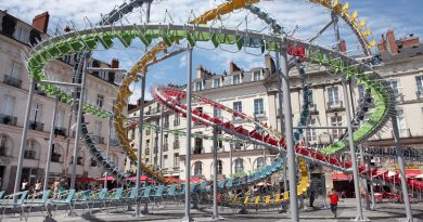 Baptiste Debombourg, tam 1200 adet sandalye kullanarak bir heykel yaptı