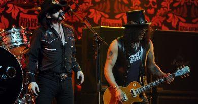 """Slash, 31 Aralık gecesi verdiği konserde Lemmy şerefine """"Ace Of Spades"""" çaldı"""