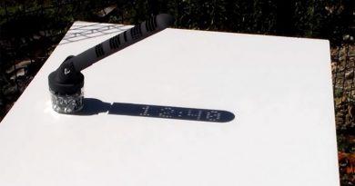 Güneş enerjisi ile çalışan 3 boyutlu dijital saat