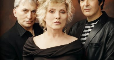 Yeni Blondie albümünde Albert Hammond Jr., Sia, Johnny Marr ve Charli XCX'in besteleri yer alıyor