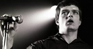Ian Curtis'in 60. yaş günü şerefine nostaljik Joy Division posterleri