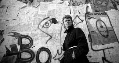 David Bowie'nin anısına Berlin'deki evine özel bir plaka asıldı