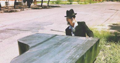 Metaforlar ve piyano standartları: Howe Gelb'le yeni albümü üzerine