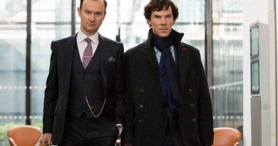 """Mark Gatiss, """"Sherlock""""un son sezonunu eleştirenlere seslendi: """"Gidin çocuk kitabı okuyun"""""""