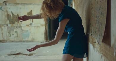 """Ah! Kosmos ve Mabel Matiz'in düeti """"Mavi"""" için çekilen klip yayınlandı"""