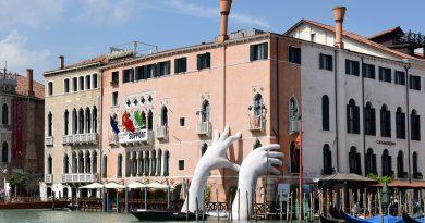 Heykeltraş Lorenzo Quinn'in çalışması Venedik Bienali'ne damgasını vurdu