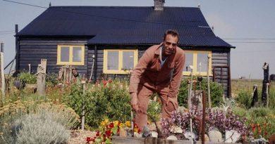 """Queer sanatçı Derek Jarman'ın """"Prospect Cottage"""" projesi emin ellerde"""