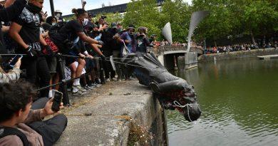 Beak>, Bristol protestolarıyla dayanışma amacıyla arşive döndü