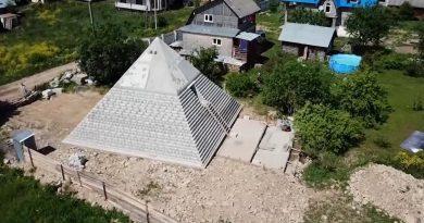 Dünya dönüyor: Rusya'da bir evin arka bahçesindeki Büyük Giza piramidi replikası,  Tokyo semalarındaki gökkuşağı bulutu ve diğerleri