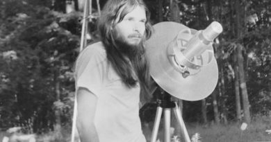 Uzaylılarla iletişmek için göklere Kraftwerk şarkıları yollayan John'un hikâyesini Netflix'te izlediniz mi?