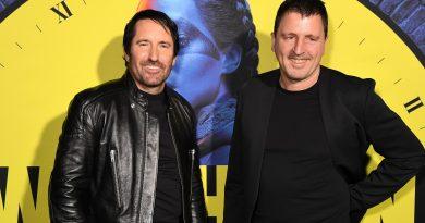 Trent Reznor ve Atticus Ross ikilisi, ilk Emmy ödülünü kazandı