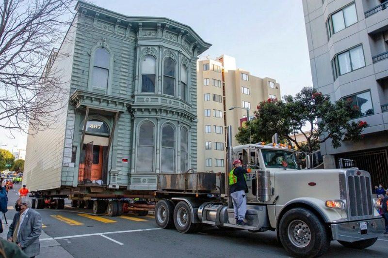Dünya dönüyor: San Francisco'da 6 sokak öteye taşınan viktoryen bina ve diğerleri