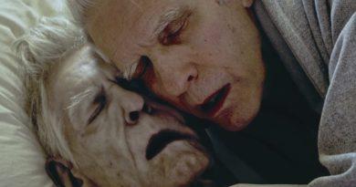 David Cronenberg cansız bedeniyle kucaklaşırken