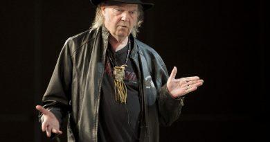 """Neil Young'ın """"eski usülde"""" kaydedilmiş yeni albümü """"Storeytone"""" kasımda geliyor!"""