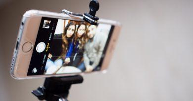 Selfie çubuğu İngiltere'deki konser mekanlarında da yasaklanıyor
